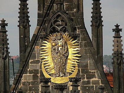 Kostel Matky Boží před Tánem, štít s plastikou Panny Marie