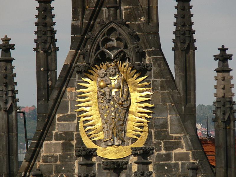 File:Kostel matky bozi pred tynem stit s plastikou.JPG