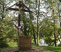 Krzyż i tablica pamiątkowa między monasterem a rzeką w Supraślu (2010).jpg