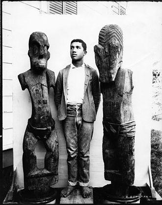 Hina (goddess) - Wooden carved kiʻi of Hina (right) and Kūkaʻilimoku (left)