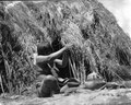 Kvinna sittande utanför hydda som tillverkar keramik. Bolivianska Chaco. Gran Chaco - SMVK - 004789.tif
