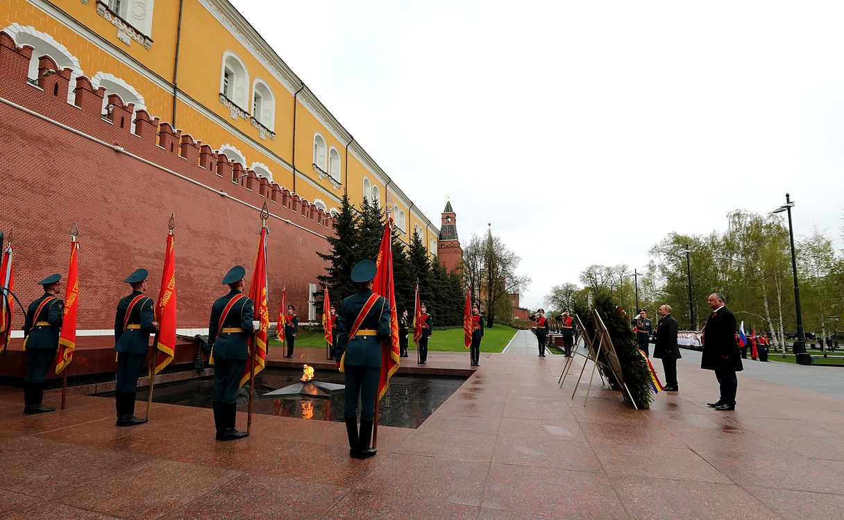 Laying wreath at the Tomb of the Unknown Soldier in Moscow 2017-05-09 002.jpg