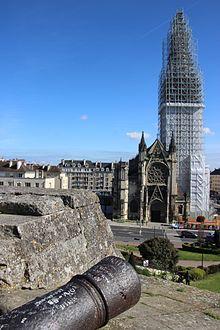 Le canon et le goupillon. L'église Saint-Pierre de Caen vue de la barbacane, 22 avril 2017.jpg