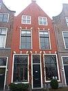 foto van Pand met topgevel, oorspronkelijk vermoedelijke trapgevel, strekken met maskersluitsteen boven vensters