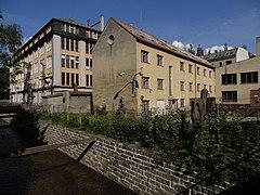 Liberec-Jeřáb - pohled na tovární areál čp. 63 a 263 ve Františkovské ulici (od mostu v Metelkově).jpg
