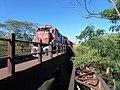 Locomotiva de comboio que passava sentido Boa Vista pela ponte ferroviária sobre o Ribeirão Piraí, limite dos municípios de Salto e Indaiatuba - Variante Boa Vista-Guaianã km 212. À direita, antiga pon - panoramio (2).jpg