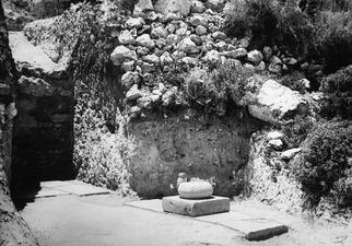 Loures. Trench 1, cementgolv med kolonnbas in situ. Vouni. Galini - SMVK - C02198.tif