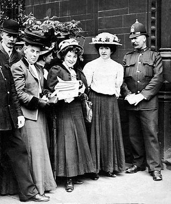 English: Mabel Capper and Suffragettes with a ...