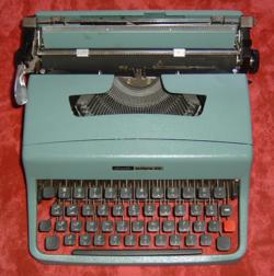 Machine à écrire en arabe. Il s'agit ici d'une Olivetti Lettera 32