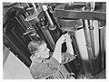 Man bij een drukpers, Bestanddeelnr 189-1227.jpg