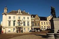 Markt met stadhuis en Egmontstandbeeld, Zottegem, Vlaanderen, België 02.jpg