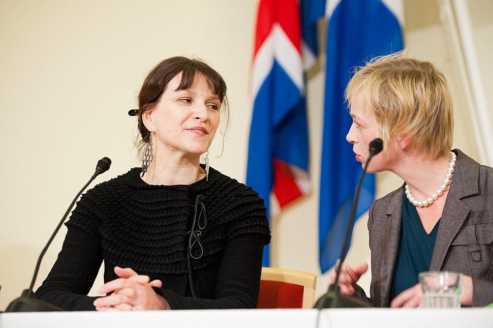 Merethe Lindstrom, vinnare av Nordiska radets litteraturpris 2012 och Lilian Munk Rosing fran bedomningskommitten