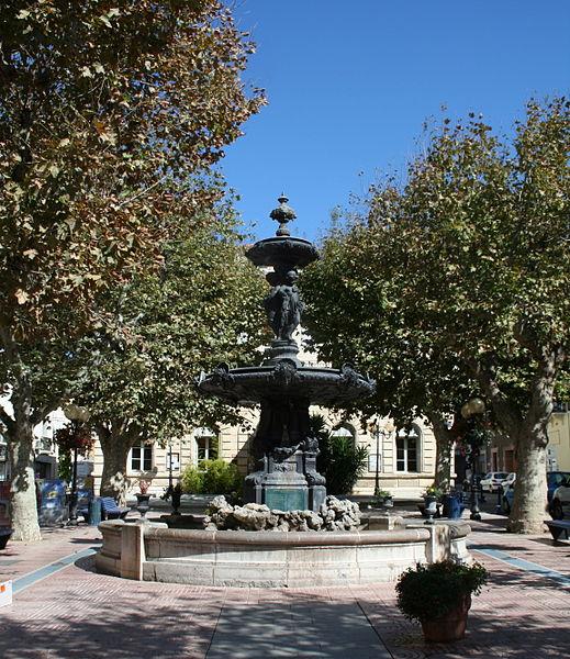 Mèze (Hérault) - Fontaine, place de la mairie.