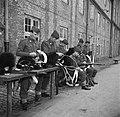 Militairen in de kazerne bezig met onderhoud van hun uitrusting na de aubade ter, Bestanddeelnr 252-8725.jpg