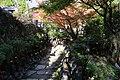 Miyajima, daisho-in, statue buddiste con cappellini e sciarpette 03.jpg