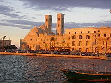 Scorcio del porto e del Duomo di San Corrado.