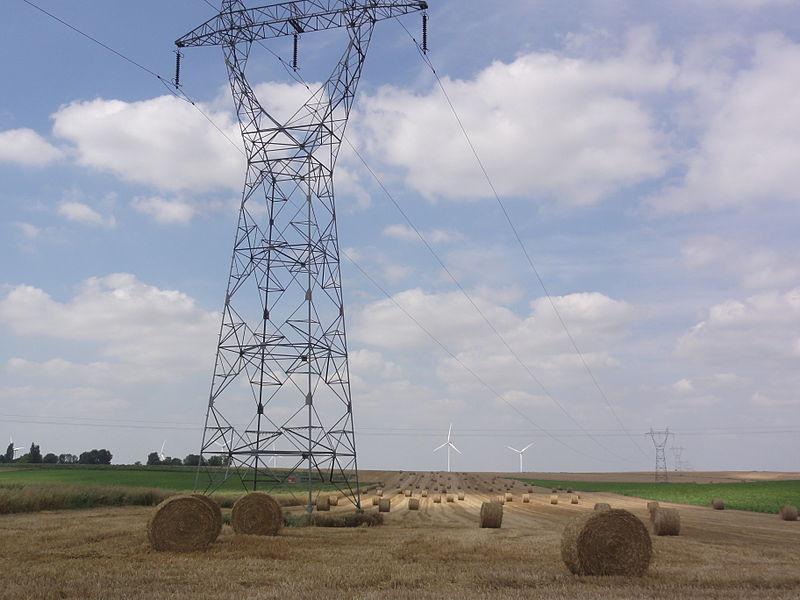 Montbrehain (Aisne) paysage avecpylônes électriques et éoliennes