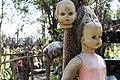Muñecas pegadas a un árbol.JPG