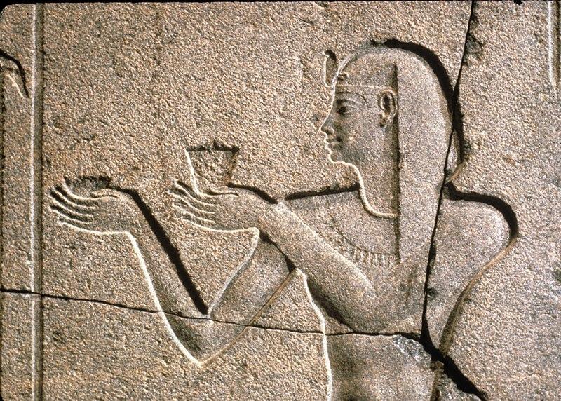 File:Nectanebo II Offers to Osiris Hemag MET 12.182.4c 02.jpg