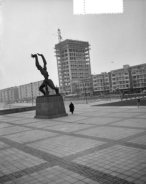 File:Opbouw in Rotterdam van het beeld van Ossip Zadkine Stad zonder Hart, Bestanddeelnr 908-3734.jpg