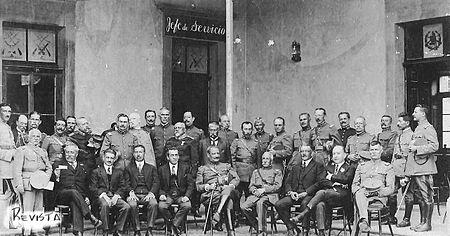 General José María Orellana -sentado al centro- y atrás 41dd4b6c9f9