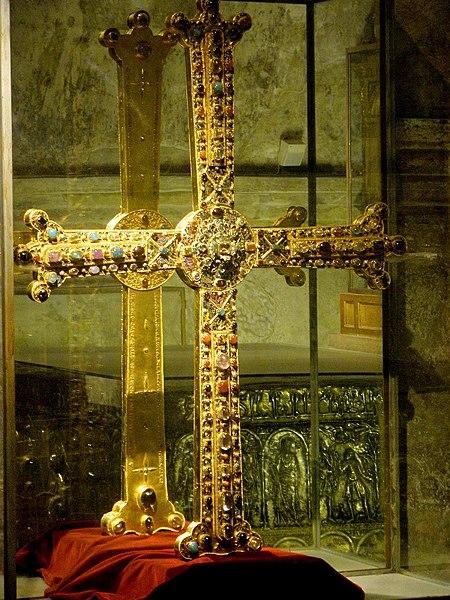 Archivo:Oviedo - Catedral, Camara Santa 02.JPG