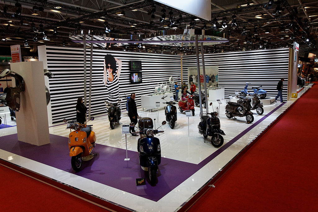 file paris salon de la moto 2011 stand vespa wikimedia commons. Black Bedroom Furniture Sets. Home Design Ideas
