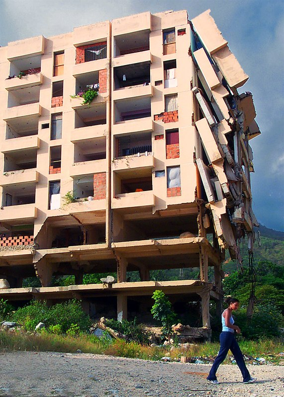 Partially collapsed building, Vargas 1999