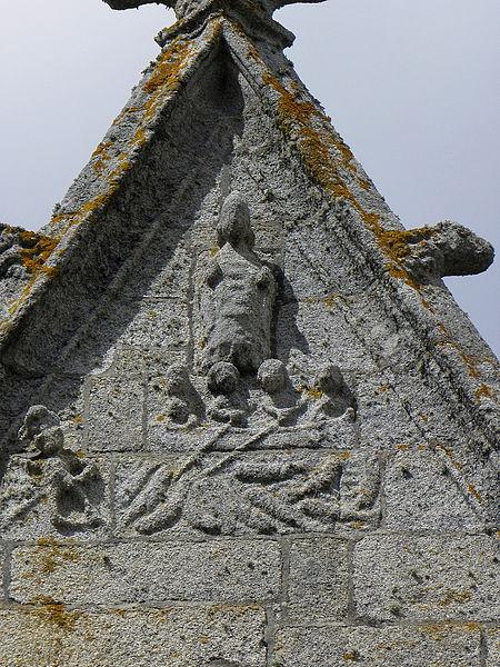 Extérieur de l'église Saint-Nonna de Penmarc'h (29). Sculpture ornant un pignon.
