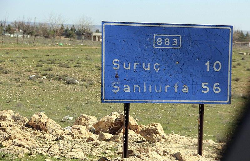 File:Placa entre Suruç e Şanlıurfa.jpg