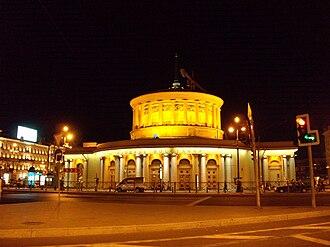 Ploshchad Vosstaniya (Saint Petersburg Metro) - The main entrance at night, viewed from Vosstaniya Square