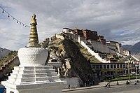 Lhassa, capitale du Tibet: monument en forme de chörten, devant le palais du Potala.
