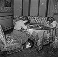 Prinses Beatrix en Renee Roell bezig met huiswerk, Bestanddeelnr 935-3496.jpg