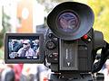 Professor Siegfried Neuenhausen im Display einer Panasonic Video-Kamera bei der Eröffnung der Ausstellung Wintergärten V - H20 in der Güntherstraße von Hannover.jpg