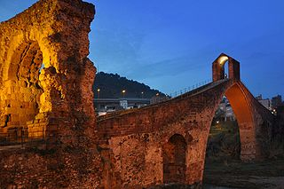 http://upload.wikimedia.org/wikipedia/commons/thumb/b/bc/Puente_del_Diablo%2C_Martorell%2C_Catalonia%2C_Spain._Pic_02.jpg/320px-Puente_del_Diablo%2C_Martorell%2C_Catalonia%2C_Spain._Pic_02.jpg