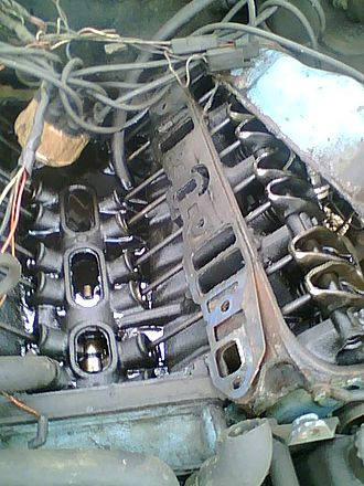 Overhead valve engine - Picture of a V8 engine block (with intake manifold removed), showing the camshaft, pushrods, and rockers.