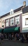 foto van Huis met lijstgeveltje van parterre en verdieping