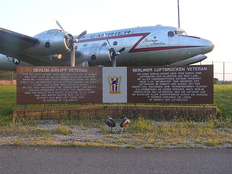 File:Rosinenbomber Flughafen Berlin-Tempelhof.jpg