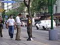 SOLDADO MEXICANO ENTREGANDO CUBREBOCAS A LA POBLACION.JPG