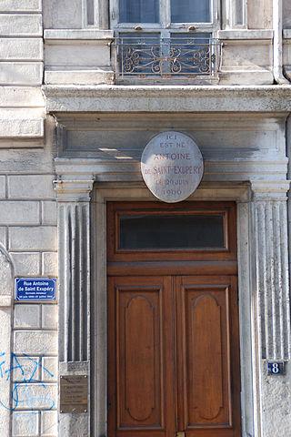 Место рождения Антуана де Сент-Экзюпери— дом номер 8 на улице, ныне носящей его имя
