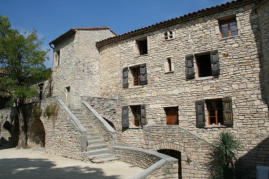 Saint-Martin-de-Londres (Hérault) - Maisons près de l'église.