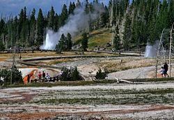 Acqua e vapore riprese da terra mentre guardano astanti.