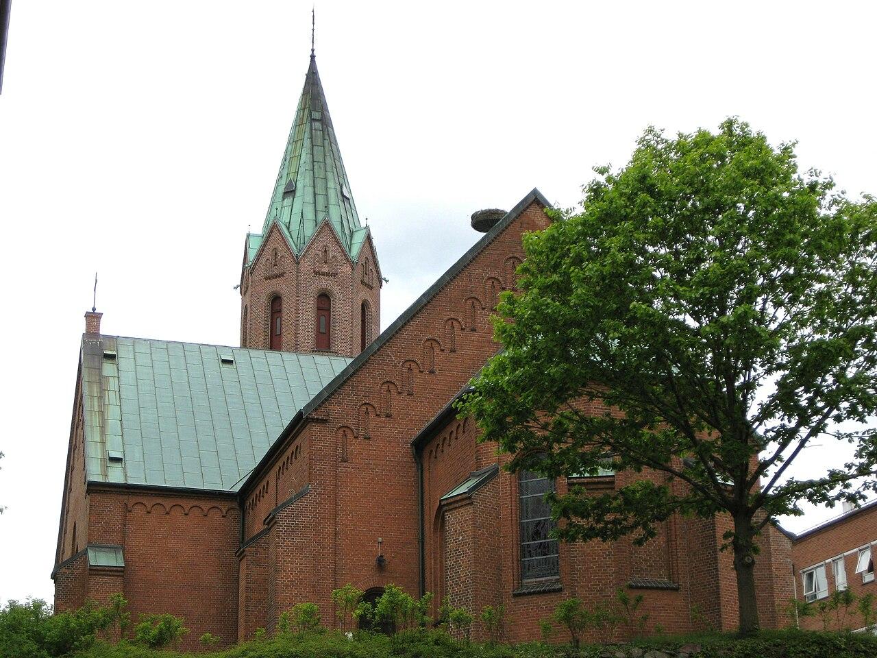 Silkeborg Kirke (Silkeborg Sogn - Gjern Herred - Skanderborg Amt), i hvis sogn den attesterede blev født og døde. Taget den 14. maj 2003. Foto: Hubertus. Bringes med tilladelse fra http://da.wikipedia.org/wiki/Fil:Silkeborg_Kirke1.JPG.