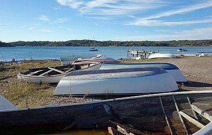 Small boats on land at Holländaröd.jpg