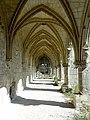 Soissons (02), abbaye Saint-Jean-des-Vignes, cloître gothique, galerie ouest, vue vers le nord 3.jpg