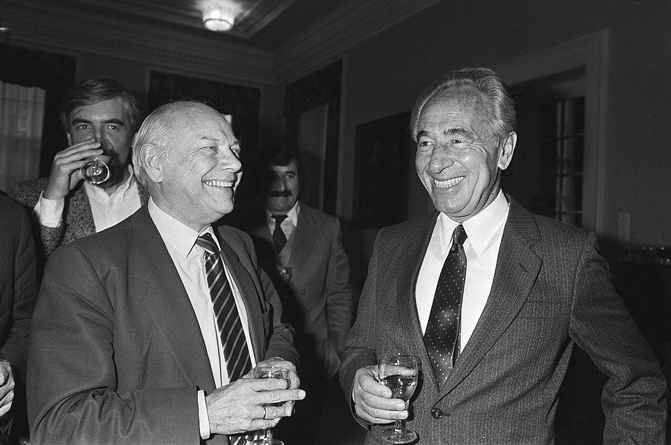 Sraelische premier Peres ontmoet oppositieleider Den Uyl in 2e Kamer. Bezoek van Shimon Peres (933-5443)