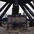 Steen met inscriptie aan de voet van de molen, molen heeft van 1921 tot 1981 in Buurser Zand, onder Haaksbergen, gestaan - Usselo - 20361120 - RCE.jpg