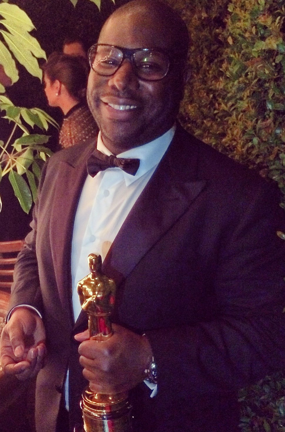 Steve McQueen holding Best Picture Oscar (cropped)