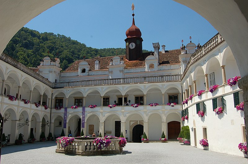 Datei:Stubenberg Schloss Herberstein Hof1.JPG