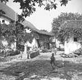 Sužid - središče vasi. Perice perejo v vaškem koritu 1951.jpg